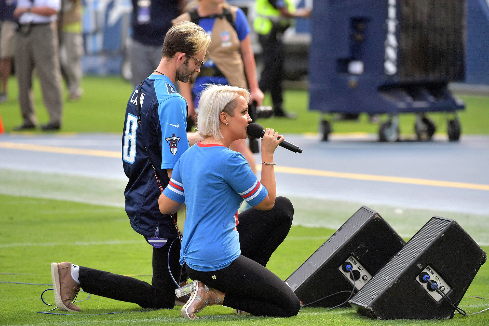 Laartista Meghan Linsey se arrodilla después de cantar el himno nacional antes del partido entre los Titanes de Tennessee y los Seattle Seahawks en el Nissan Stadium.