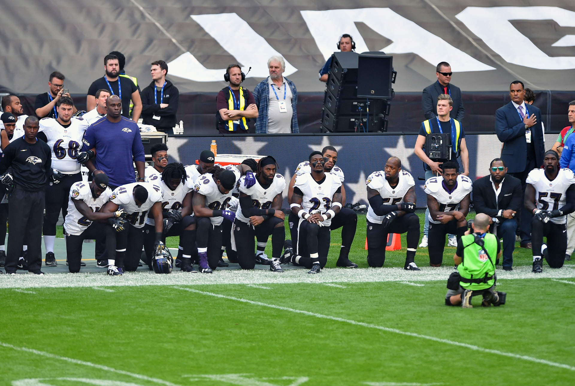 Wembley:Trece jugadores de Baltimore Ravens se arrodillan duranteel himno nacional de los Estados Unidos antes del partido contra los Jacksonville Jaguars