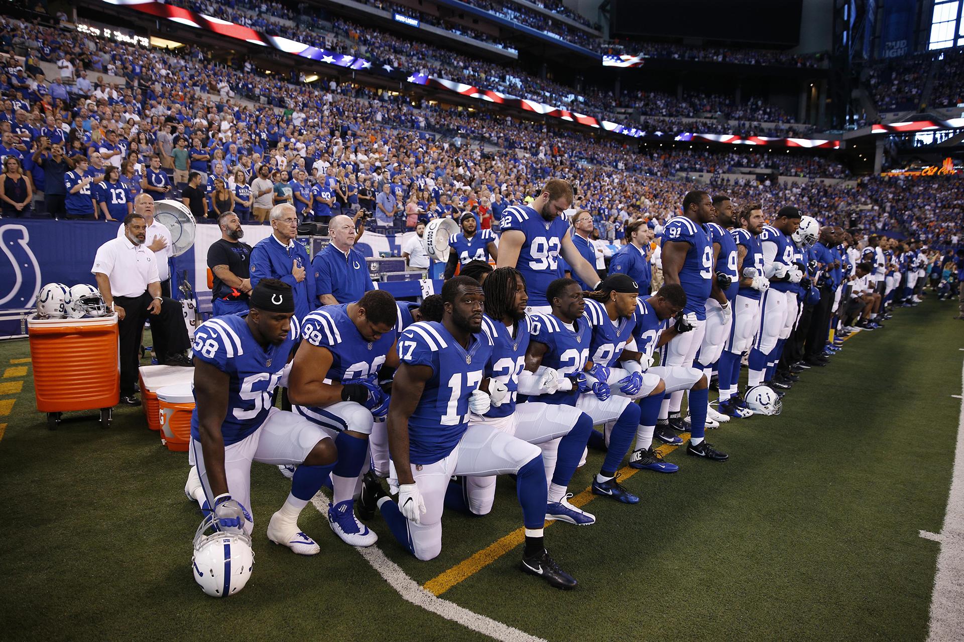 Los jugadores de Indianapolis Colts se arrodillan durante el Himno Nacional antes del partido contra los Cleveland Browns en el Lucas Oil Stadium