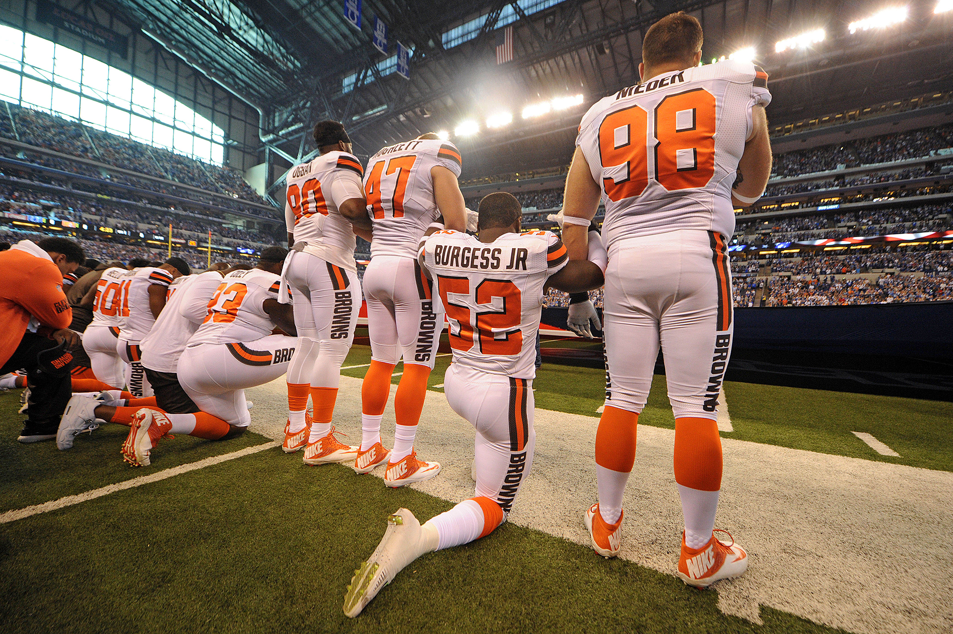 Los Cleveland Browns se paran y se arrodillan durante el Himno Nacional antes del comienzo de su juego ante los Indianapolis Colts en el Lucas Oil Stadium