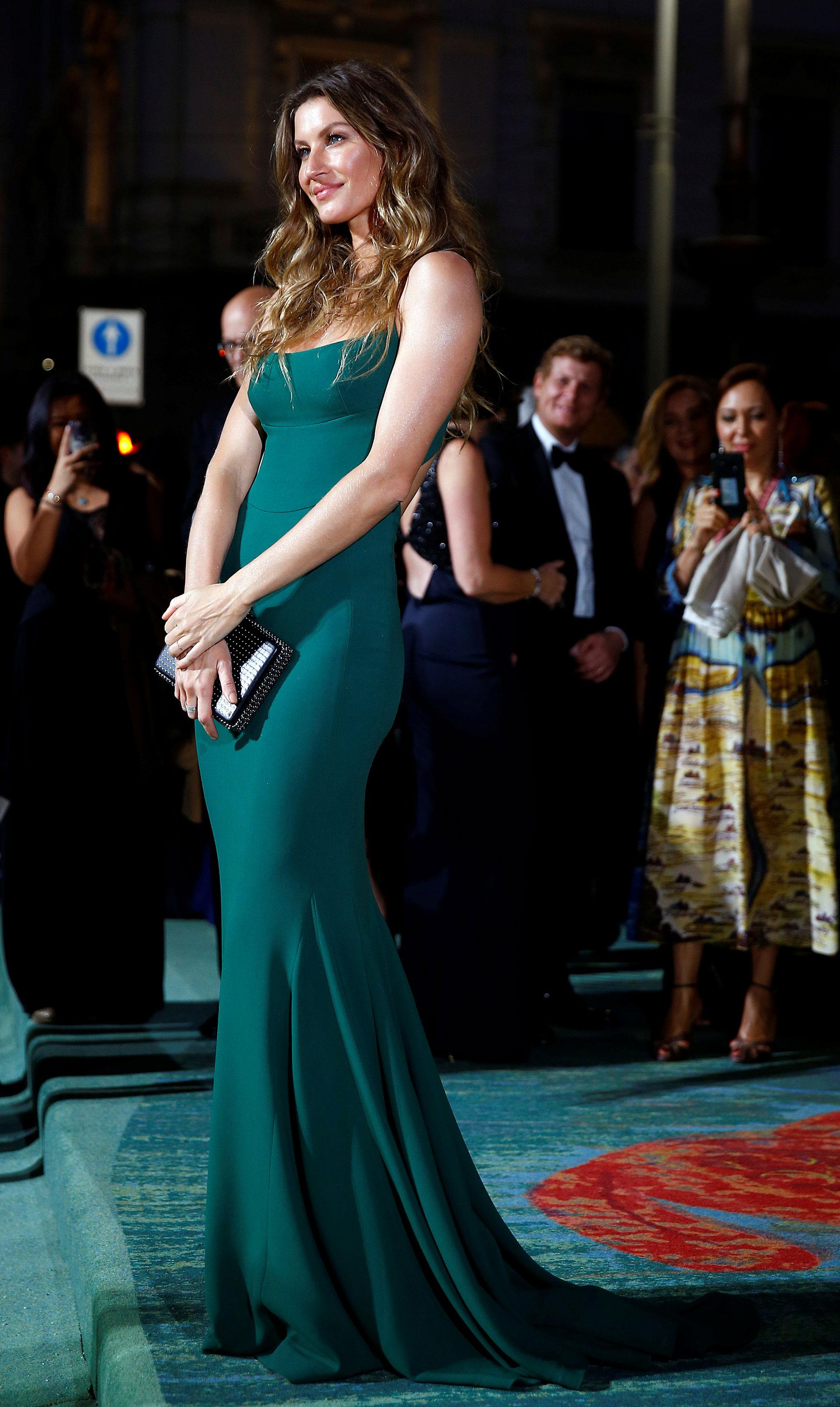 Para cerrar la semana de la moda en Milán se entregaron los premios Green Fashion que apoyan la moda sustentable con diseños realizados en tejidos reciclables. La top model Gisele Bundchen brilló con una pieza en tono esmeralda de la firma de Stella McCartney . Un diseño eco-friendly (Reuters)