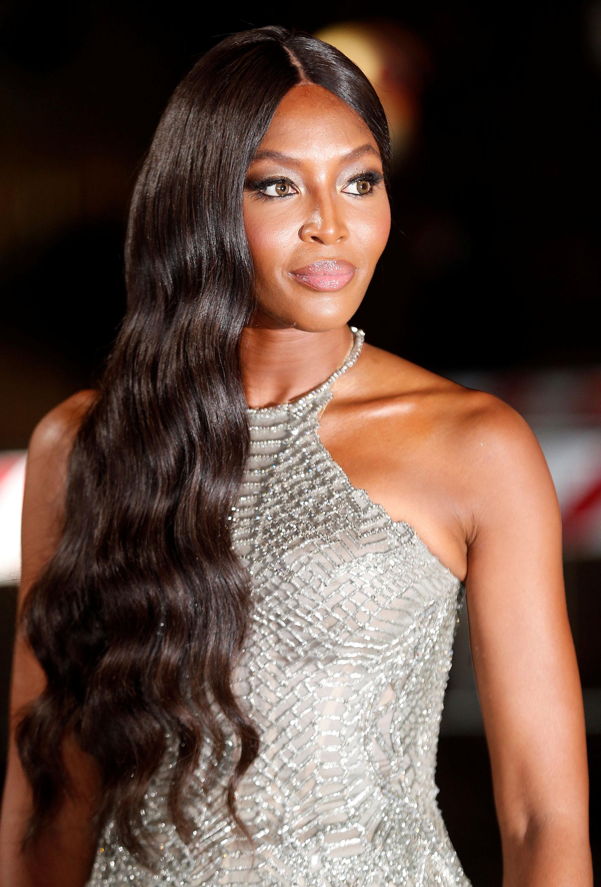La súper top model de los 90 Naomi Campbell impactó con una propuesta deAtelier Versace con certificación (Reuters)