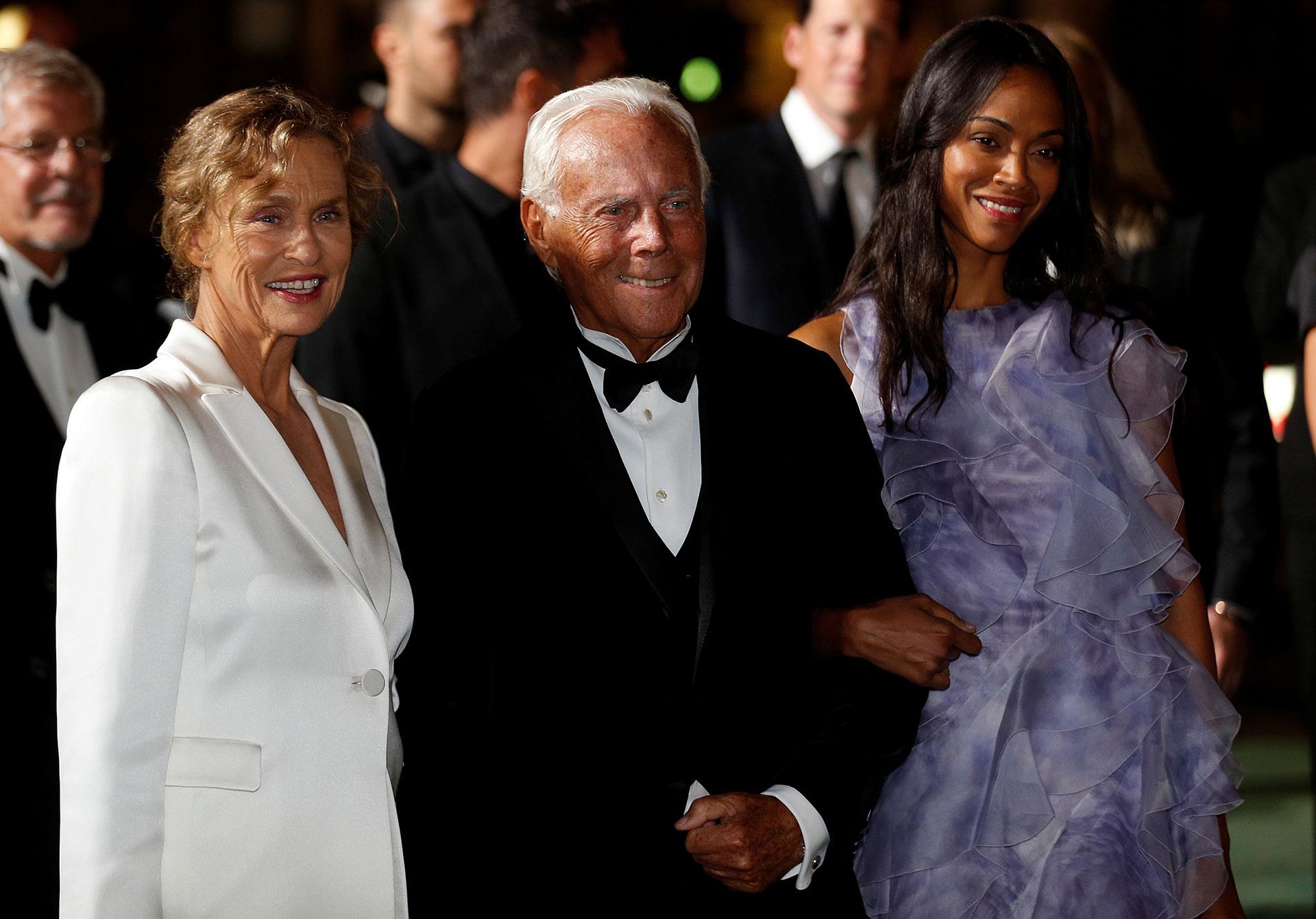 La actriz Lauren Hutton, el diseñador Giorgio Armani y la artista Zoe Saldana apoyando la moda sustentable, todos vestidos por la firma italiana (Reuters)