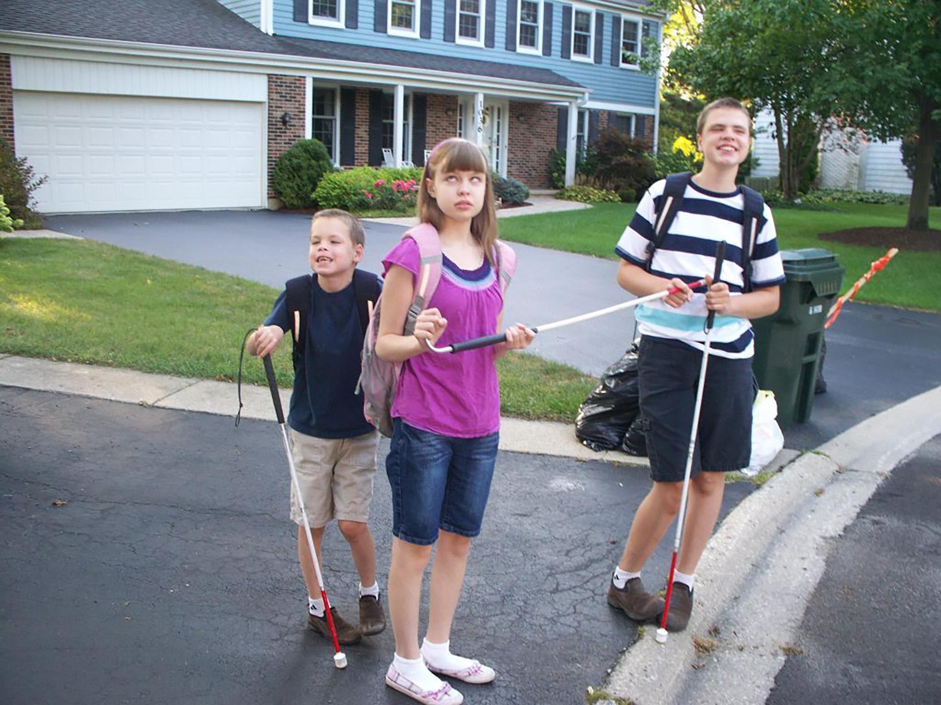 James, Elizabeth y Christopher con sus bastones, cuando aún podían caminar