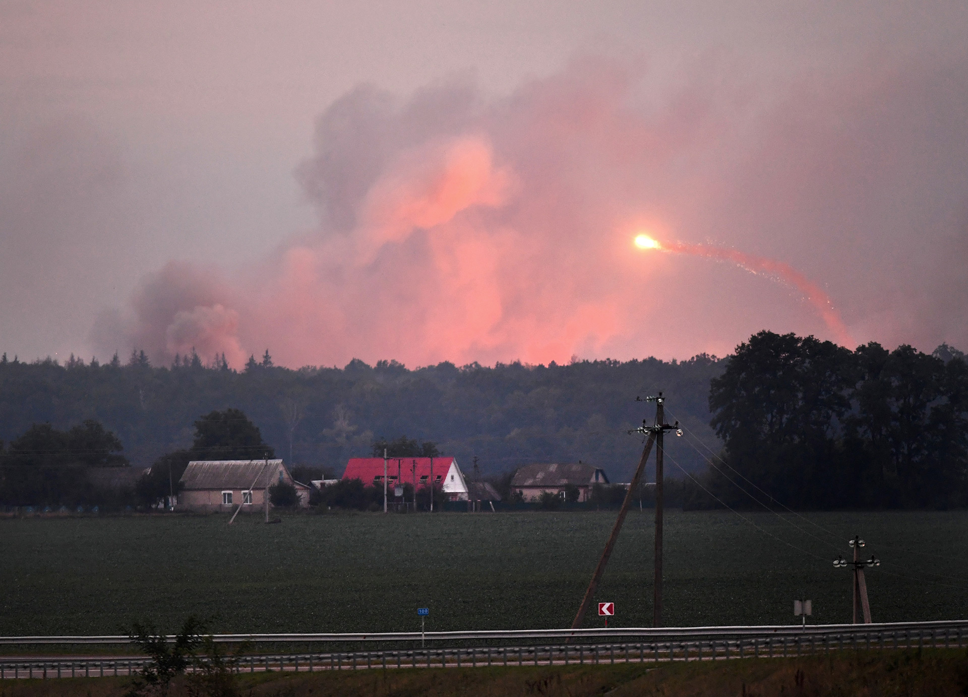 Una gran columna de humo crecía hasta el horizonte (AFP)