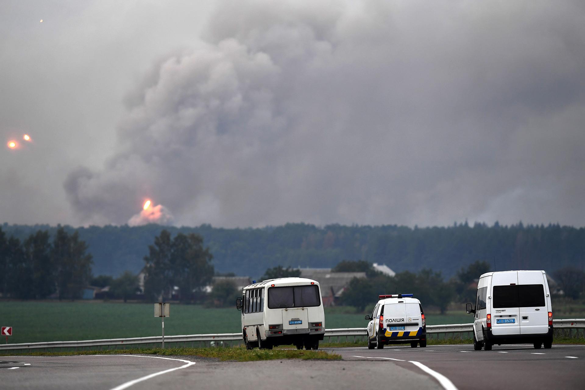 Personal de seguridad y transportes para los evacuados (AFP)