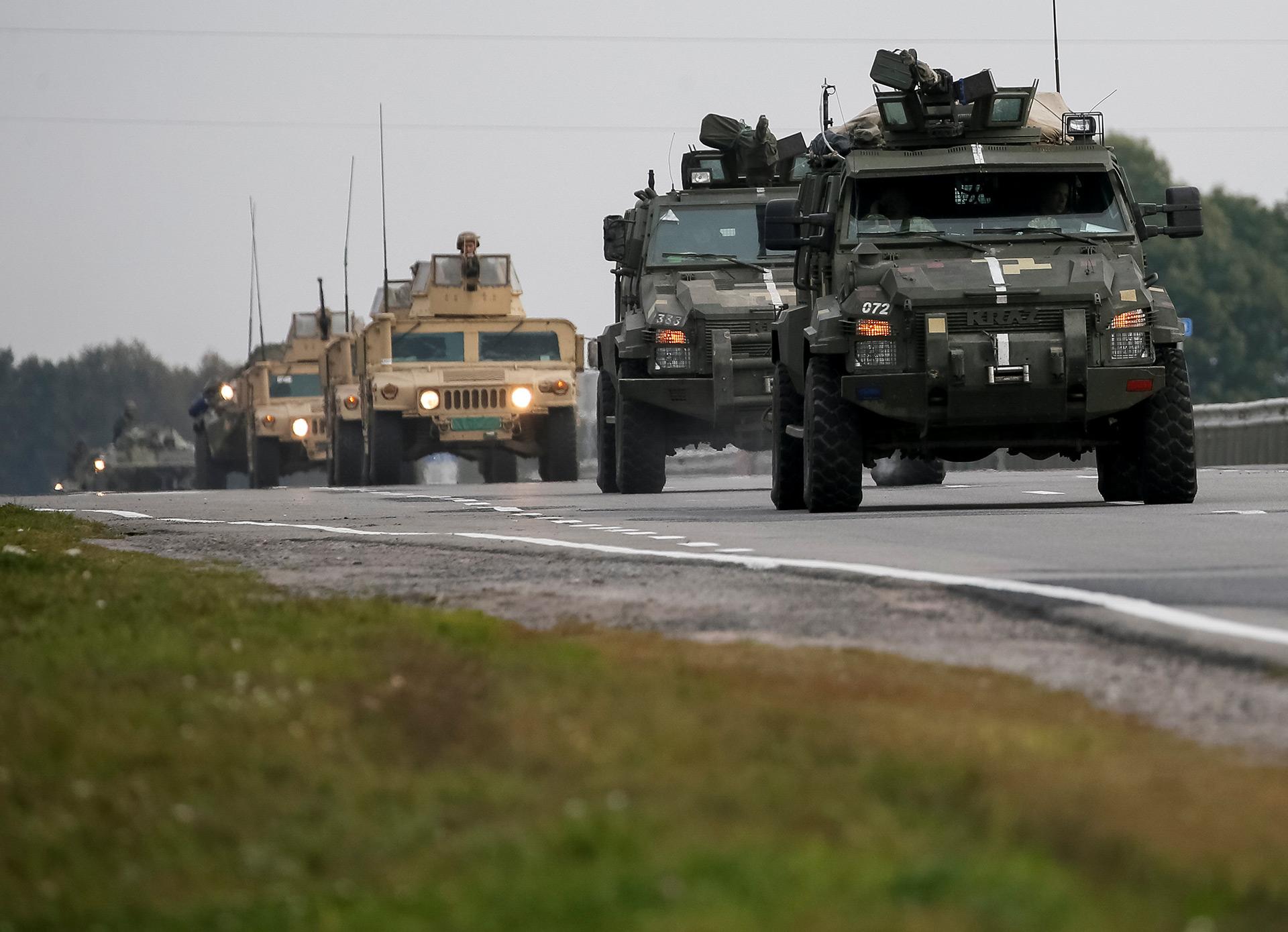 Tropas del ejército ucraniano se movilizan al almacén (Reuters)