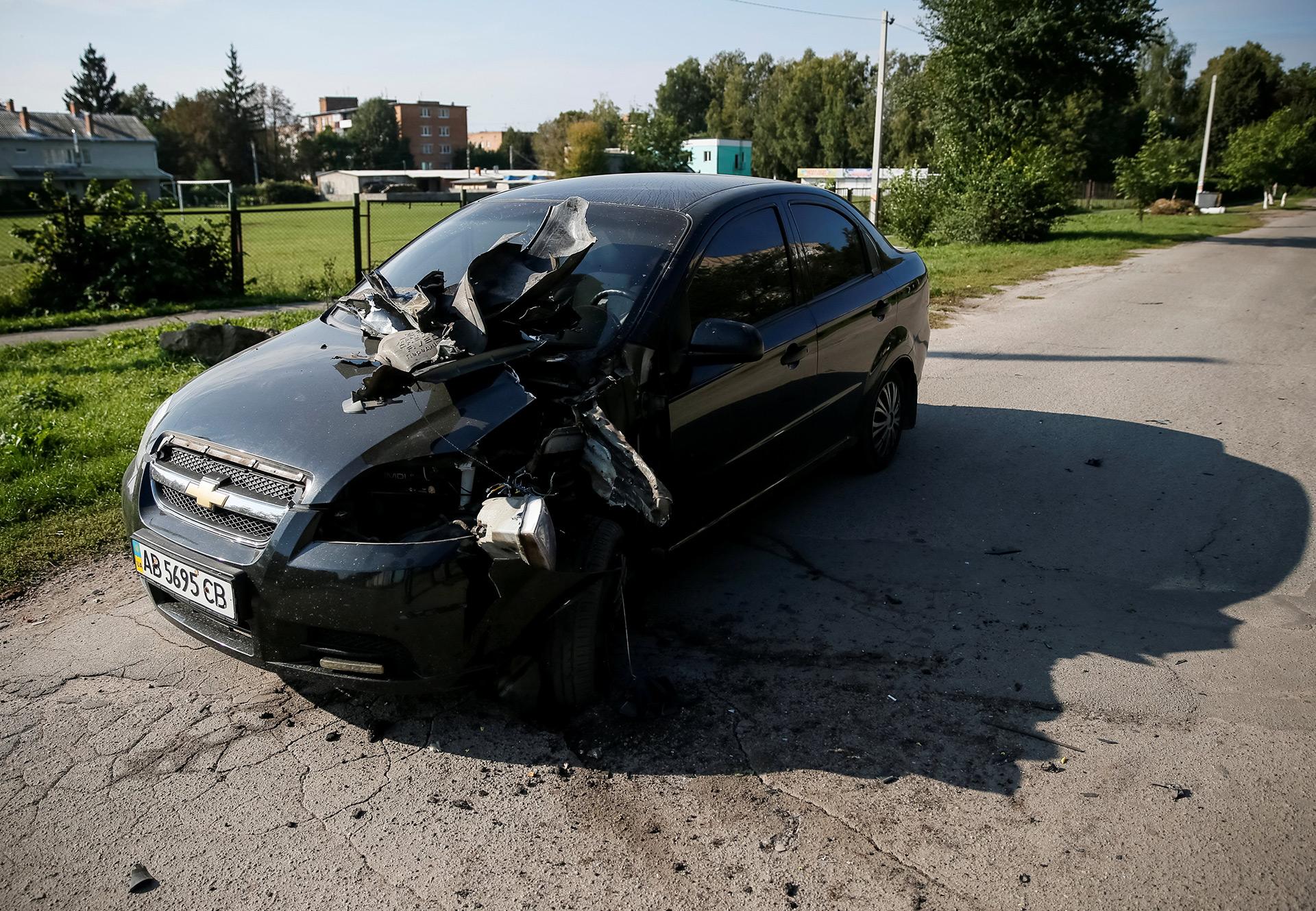 Este auto recibió, aparentemente, un impacto directo dedesechos del estallido(Reuters)