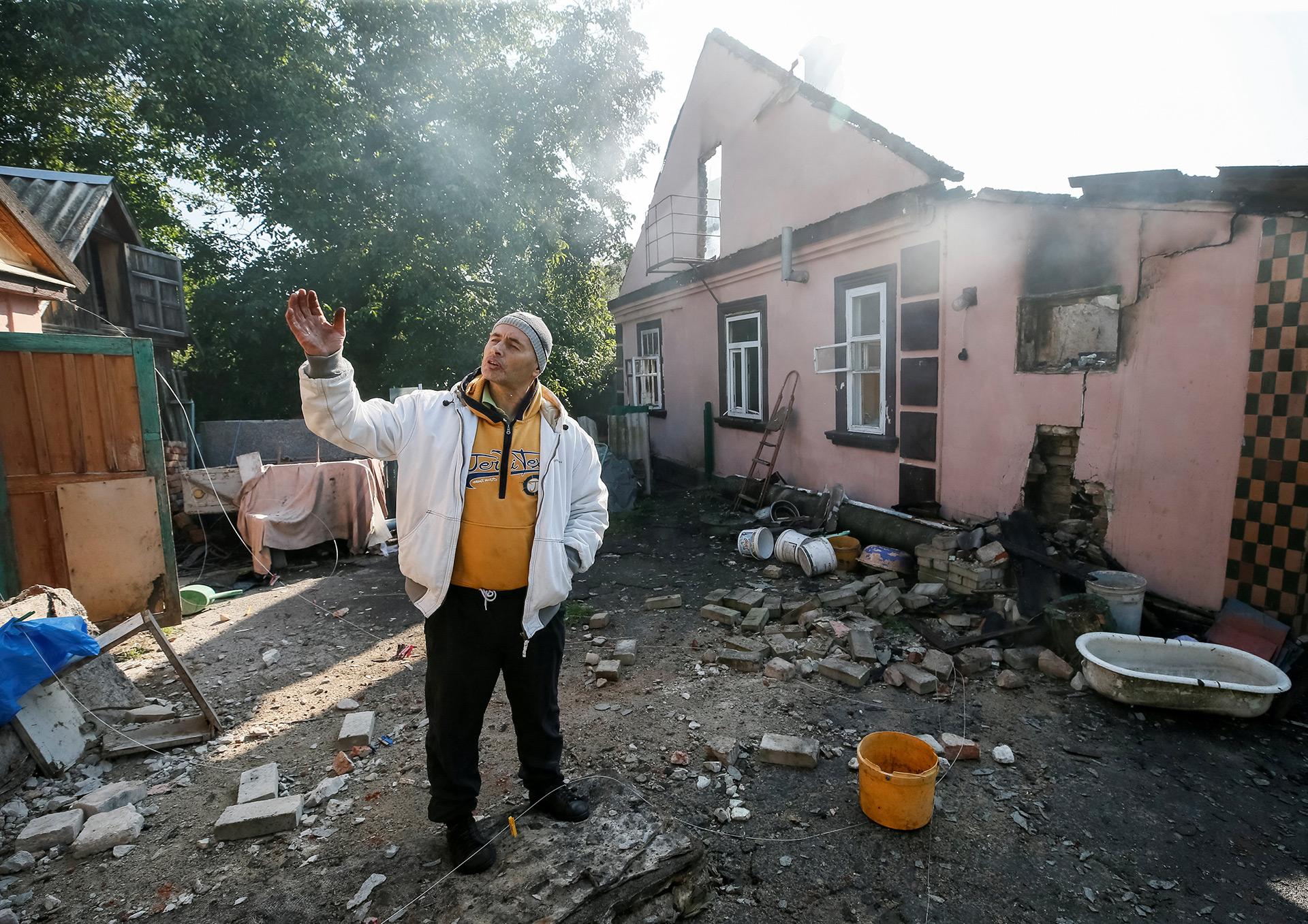 Un hombre observa la destrucción en su casa (Reuters)