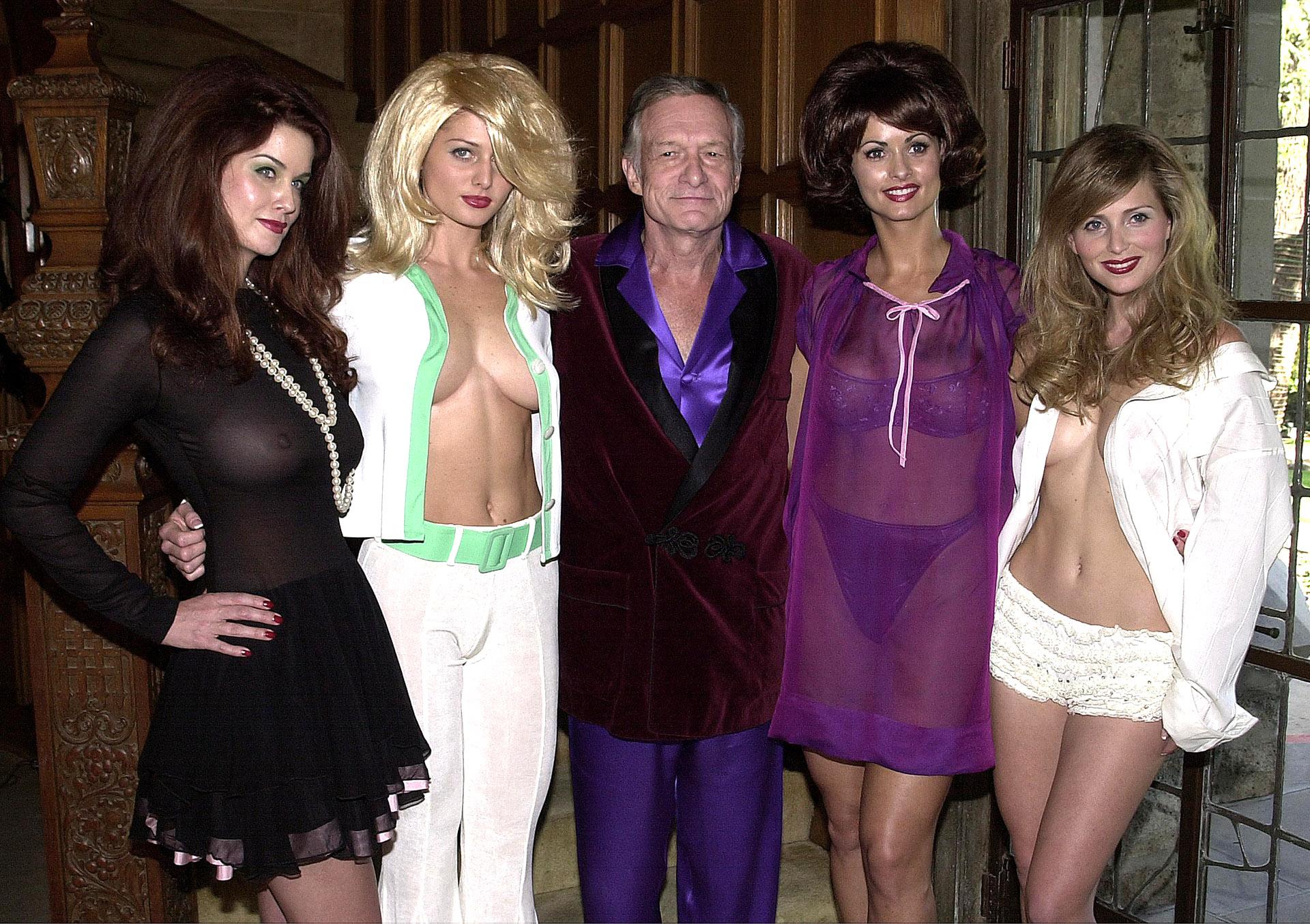 Hugh Hefner junto a las míticas Carrie Stevens, Kalin Olson, Karen McDougaly Deanna Brooks en una de las tantas fiestas organizadas en la residencia. Elegía tonalidades en la gama de los violetas, bordeaux y negro en géneros sensibles al tacto