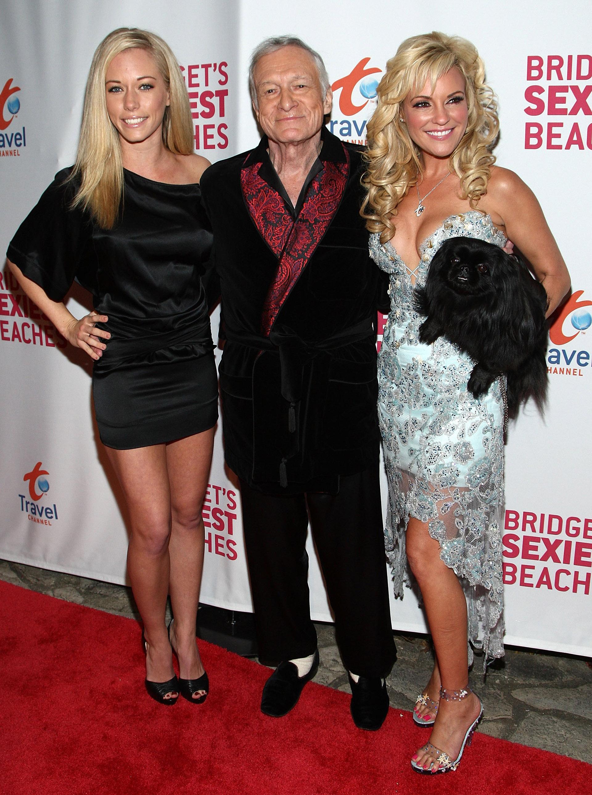 Kendra Wilkinson y Bridget Marquard junto al excéntrico magnate que escogía vestir sus trajes aterciopelados para acudir a eventos sociales, este género era uno de sus preferidos.