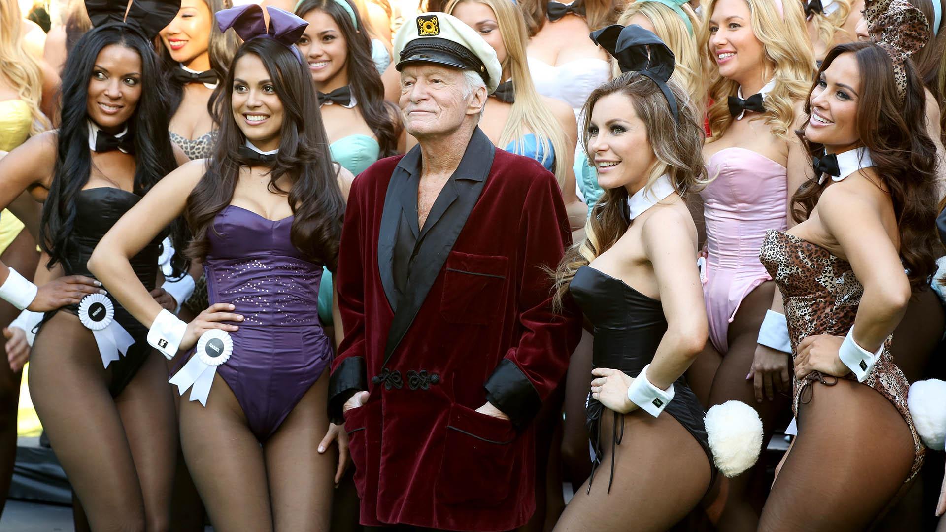 El fundador del imperio Playboy será recordado, entre tantos hechos, por su singular manera de vestir. Impuso las batas de entre casa como objeto fetiche todo terreno (Rachel Murray/Getty Images for Playboy)
