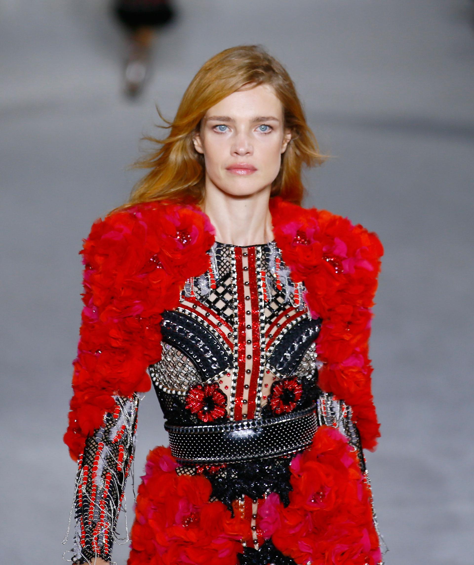 Hombreras y falda del diseño bordadas en flores fucisas y rojas. Todo el vestido bordado íntegramente con piedras, canutillos y cristales