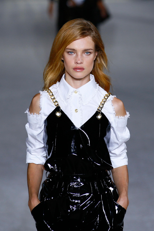 La tendencia de las superposiciones también presente en la pasarela, vinilo con breteles de cadenas doradas y camisa blanca