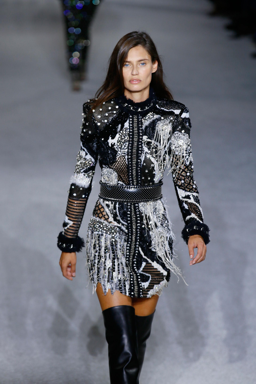 Barroco, clásico de la firma. Un vestido corto con mangas largas de puños peludos, flecos, bordados y transparencias