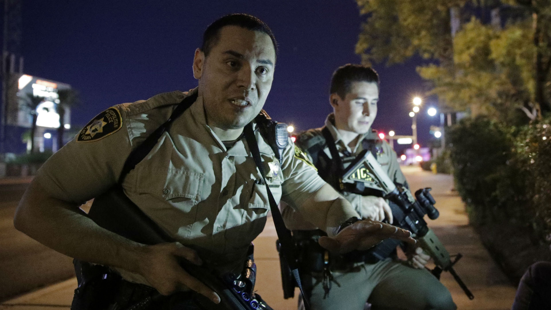 Agentes de la policía piden a las personas de buscar refugio durante el tiroteo ocurrido cerca del hotel Mandalay Bay de Las Vegas