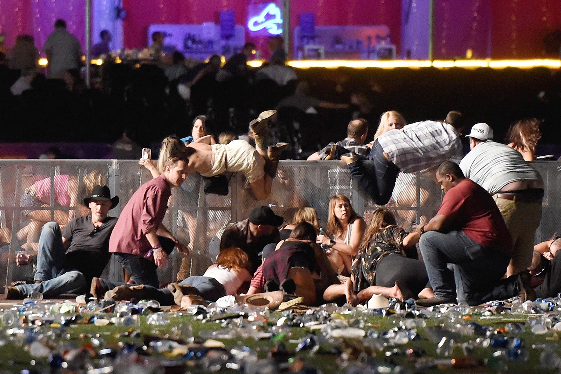 Los asistentes al festival de música country buscan refugio después de que se comenzaron a oír los disparos