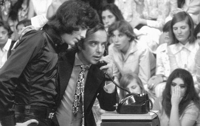 Joan Manuel Serrat junto a Pipo Mancera, en cuyo show televisivo actuaba en vivo