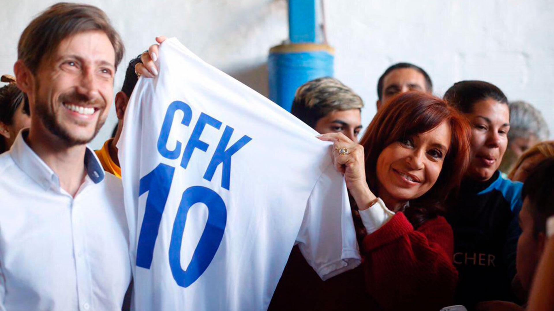 Crisktina junto al candidato a concejal de San Martín (Twitter: @hernanletcher)