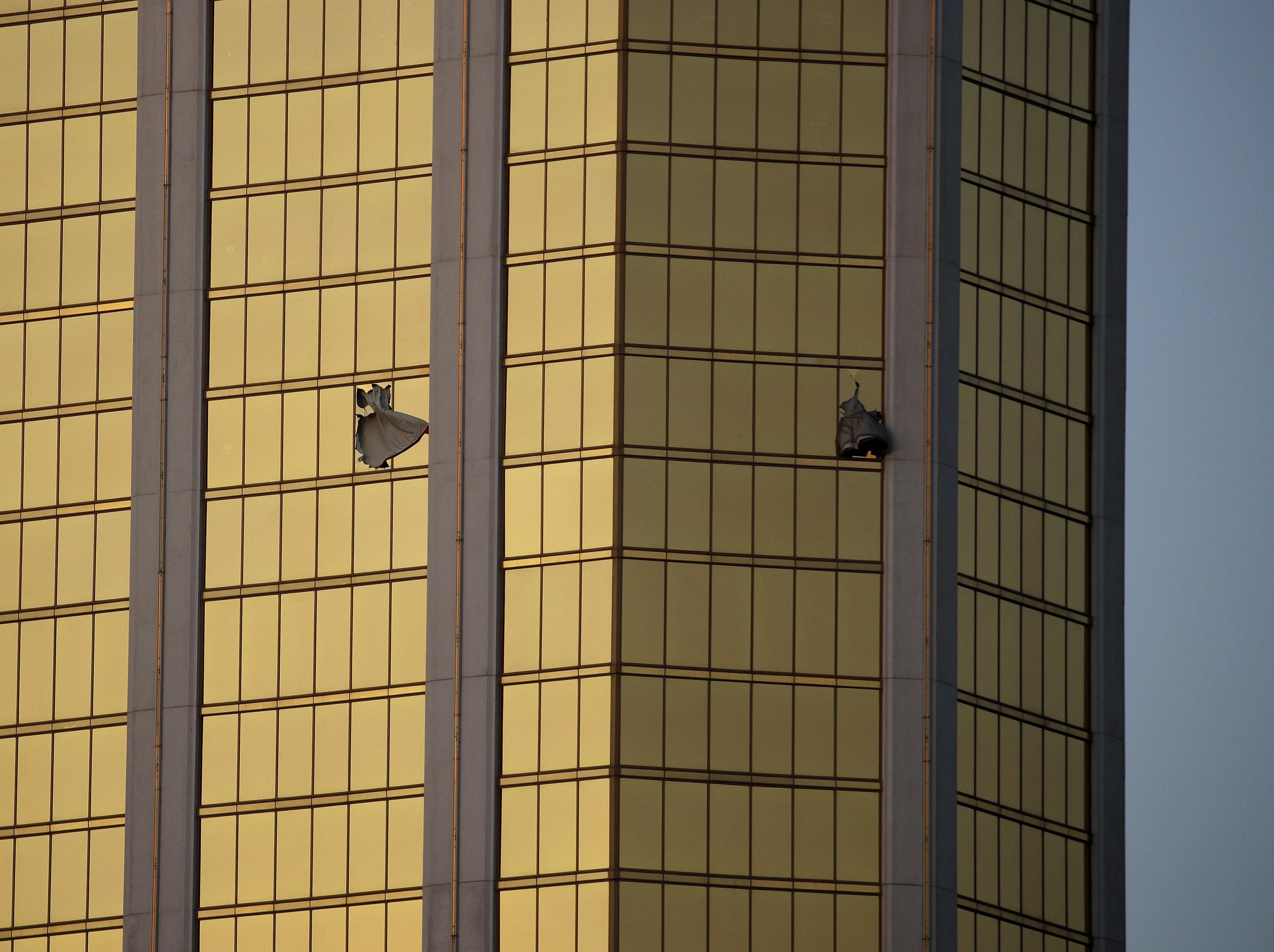 Las ventanas rotas del piso 32 del hotel Mandalay Bay desde donde Stephen Paddock disparó hacia las 22 dos mil personas reunidas para un concierto de música country (AP Photo/John Locher)
