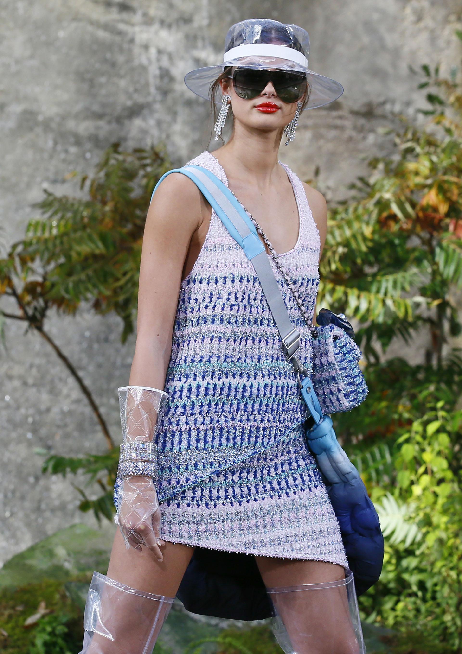 Los clásicos trajes de tweed combinados con elementos en plástico