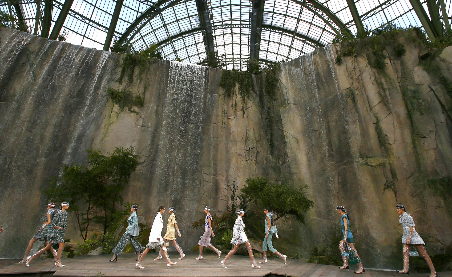 En un espectacular escenario que recreaba las gargantas del Verdon, situadas en el sureste de Francia, con una pared de roca con agua y plantas que emulaban un catarata