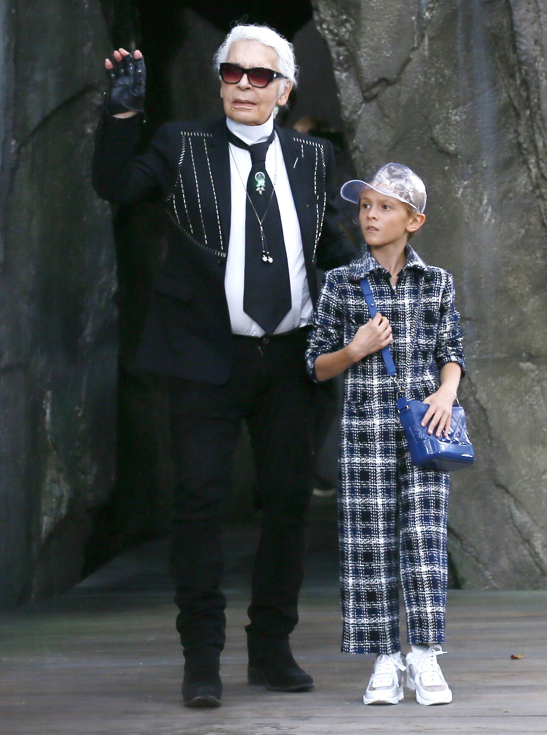Como suele hacerlo en cada fashion show Karl Lagerfeld junto al modelo Hudson Kroenig cierran ovacionados su propuesta 2018