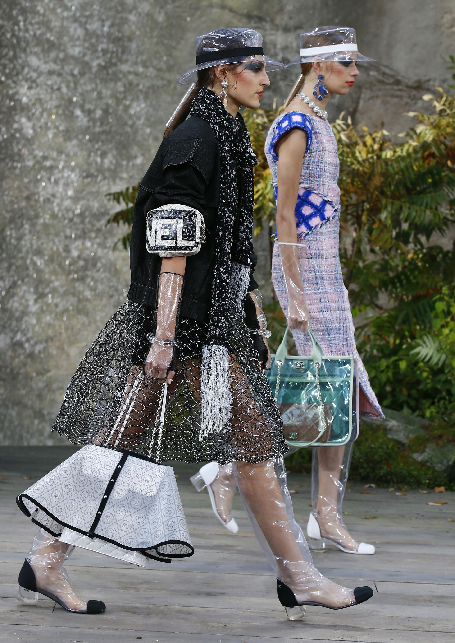 Complementos de plástico transparente: desde botas altas (con la clásica puntera Chanel) y botines hasta capas, sombreros y gorras e incluso guantes y bolsos