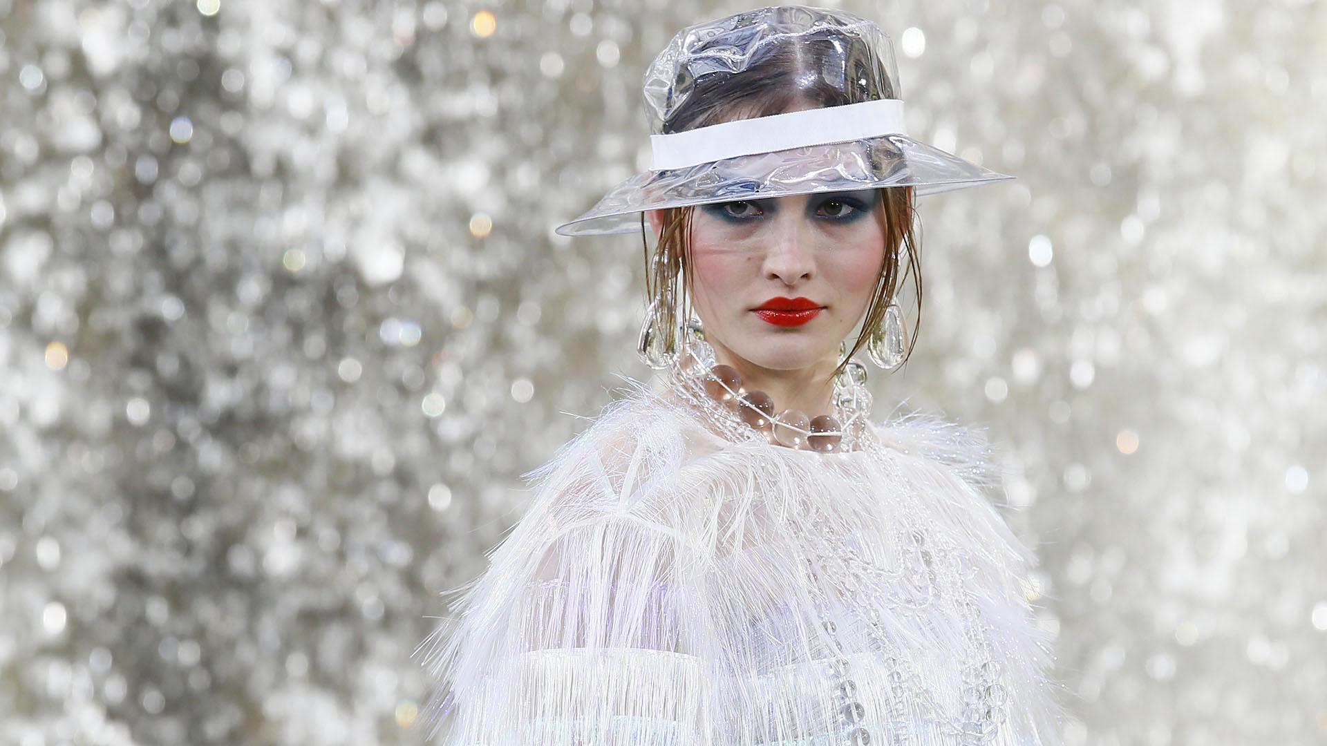 Karl Lagerfeld reinventa el espíritu de Chanel con materiales ...