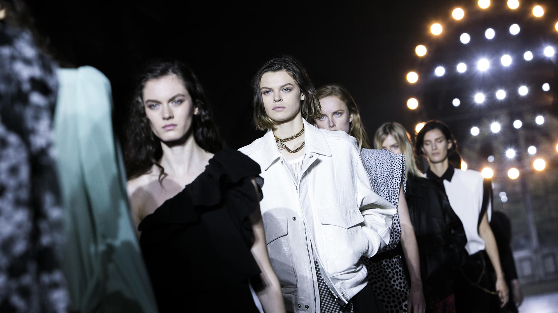 Clare Waight Keller, la nueva directora creativa de Givenchy, presentó su primera colección en la Paris Fashion Week tras su salida de Chloé