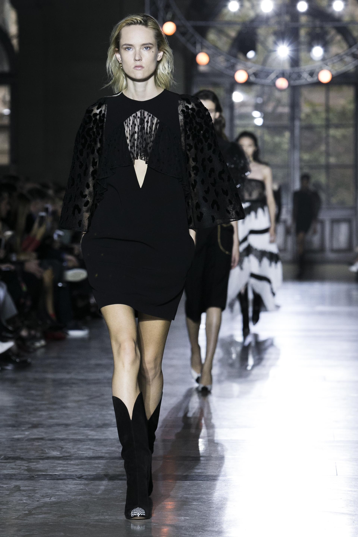 Negro, un color infaltable en las colecciones de Givenchy. La diseñadora británica le sumó transparencias y modelos al cuerpo para resaltar la figura de la mujer