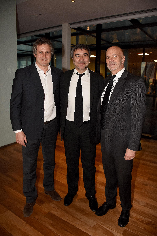 Felipe Miguel junto a Javier Calvo, jefe de redacción del Diario Perfil, y Jorge Telerman, director del Complejo Teatral de Buenos Aires