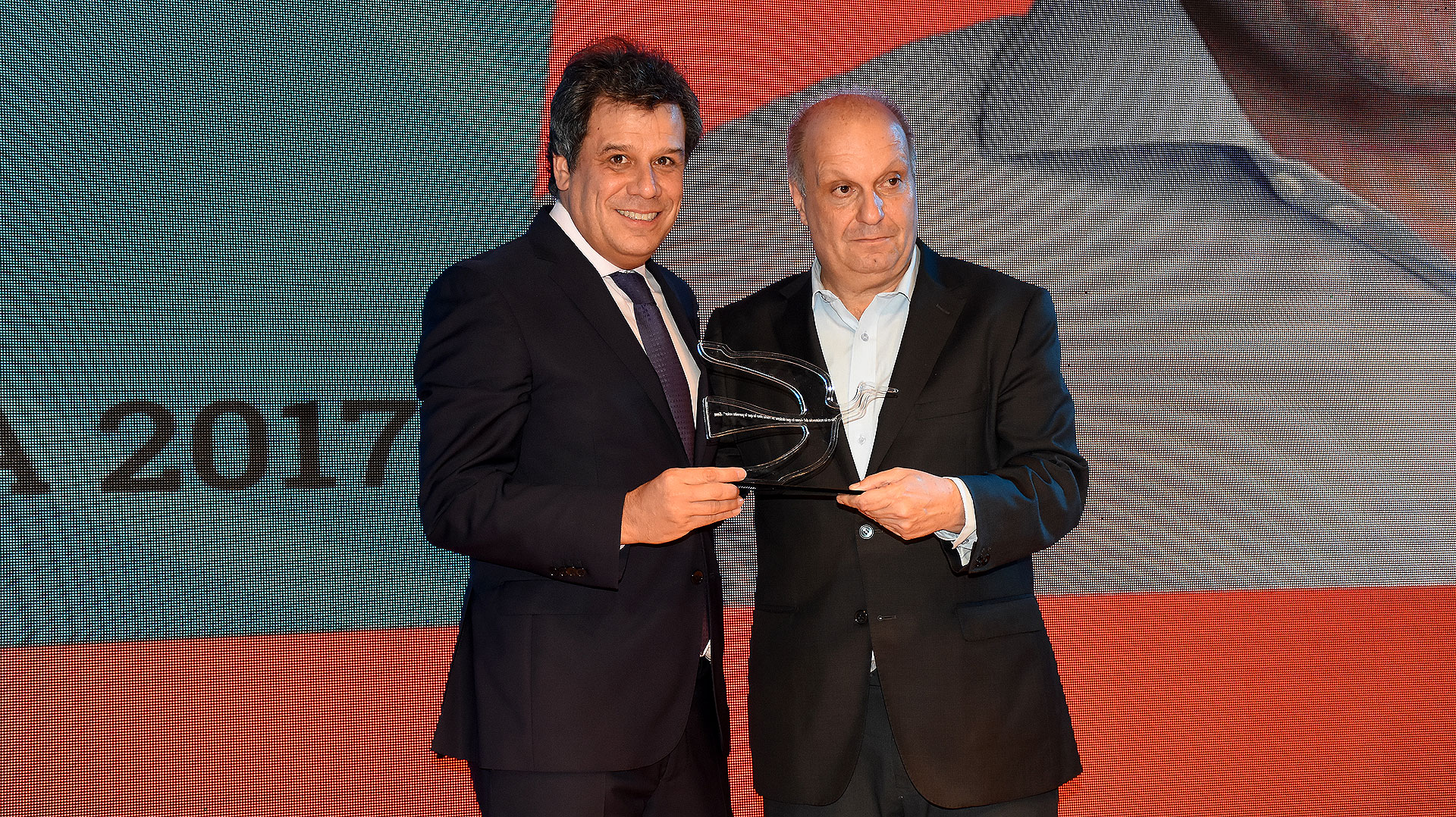 Hernán Lombardi, titular del Sistema Federal de Medios y Contenidos Públicos, entregando el premio a Facundo Manes