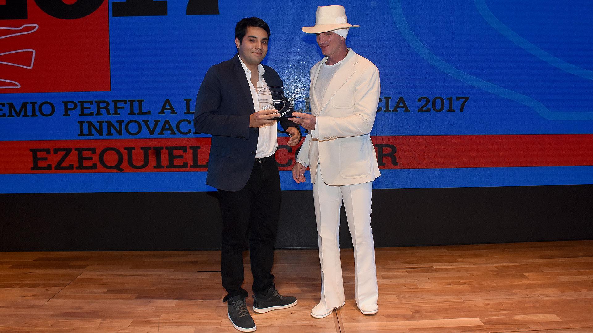 Alan Faena entregó el Premio Perfil 2017 en la categoría Innovación Digital a Matías Araujo de uSound, un desarrollo de cuatro universitarios que ayuda a personas con deficiencias auditivas, a través de smartphones y auriculares inalámbricos comunes