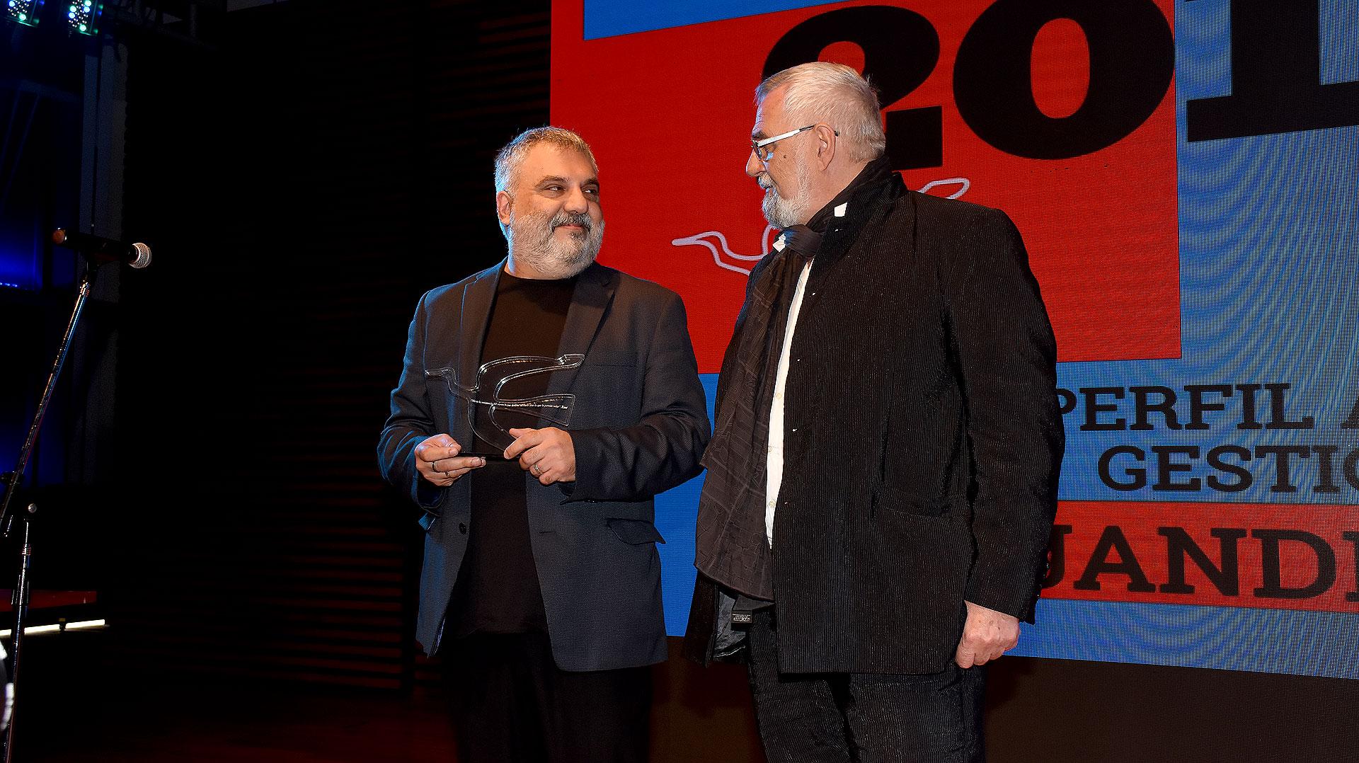 Alejandro Tantanian, director del Teatro Nacional Cervantes, recibió el Premio Perfil a la Inteligencia de los Argentinos en el rubro Gestión Cultural. Se lo entregó Lino Patalano