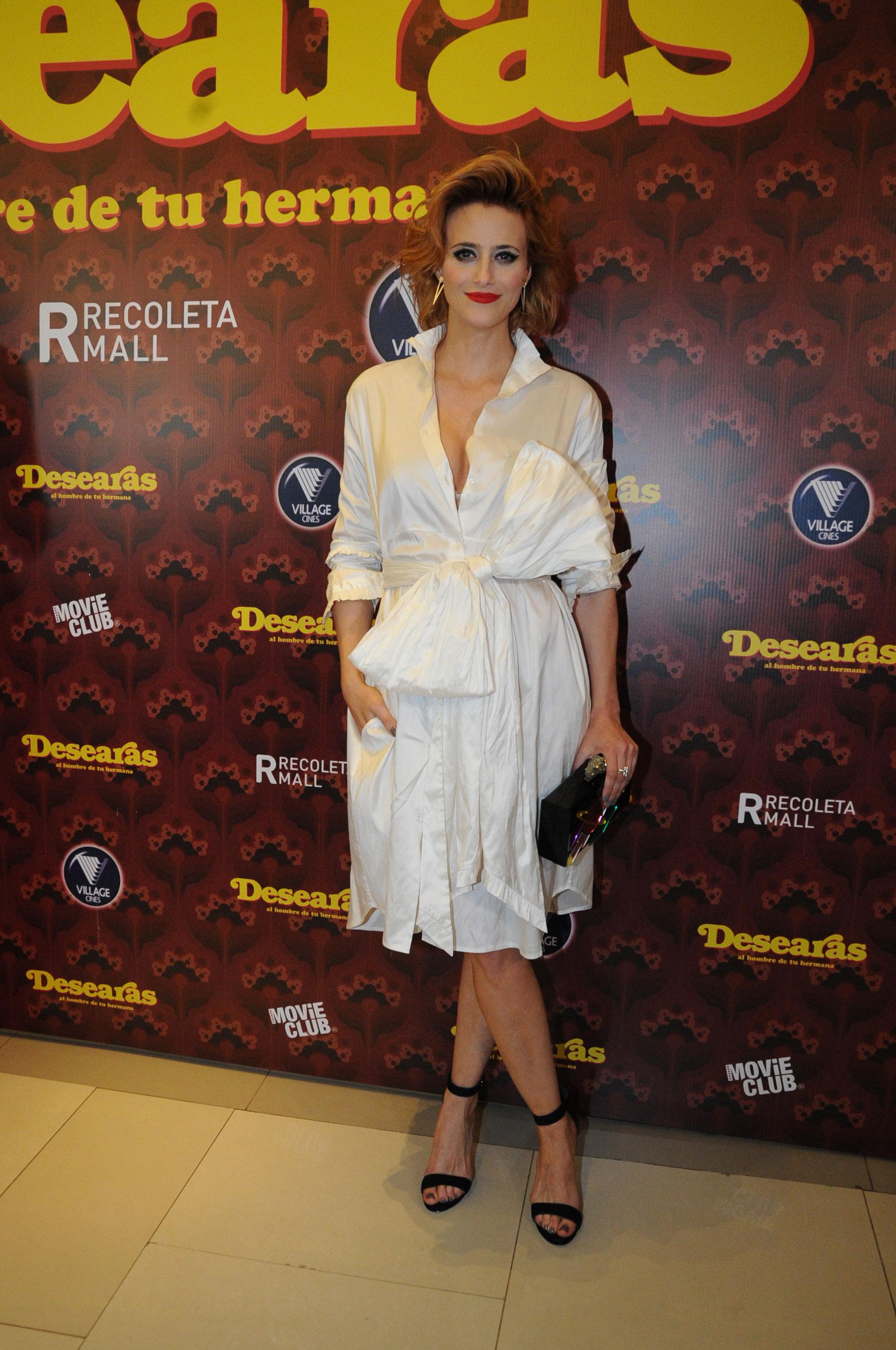 Mónica Antonópulos eligió un vestido blanco, con el detalle de un moño en la cintura para la presentación del filme