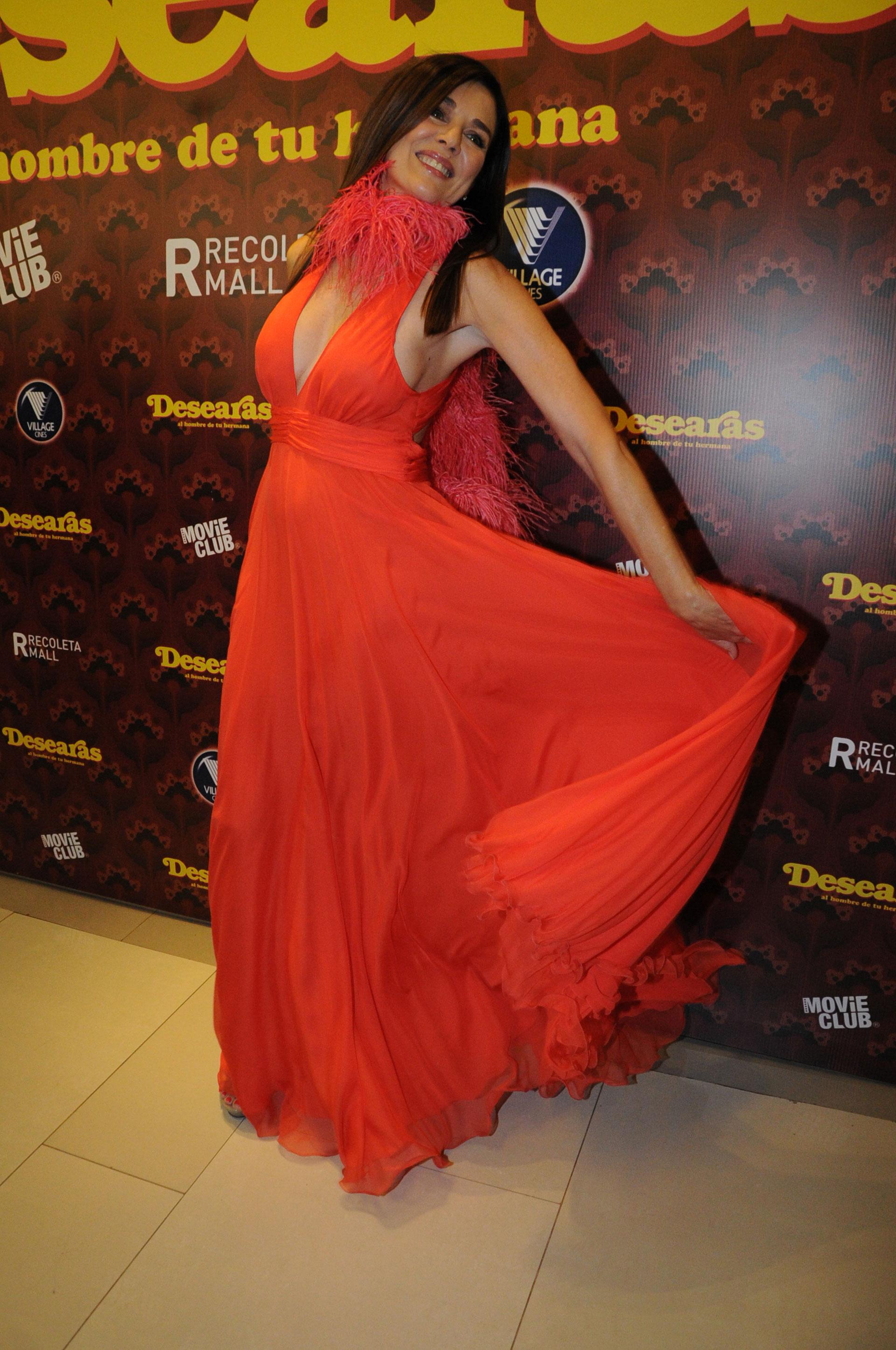 Andrea Frigerio lució un vestido rojo , muy escotado