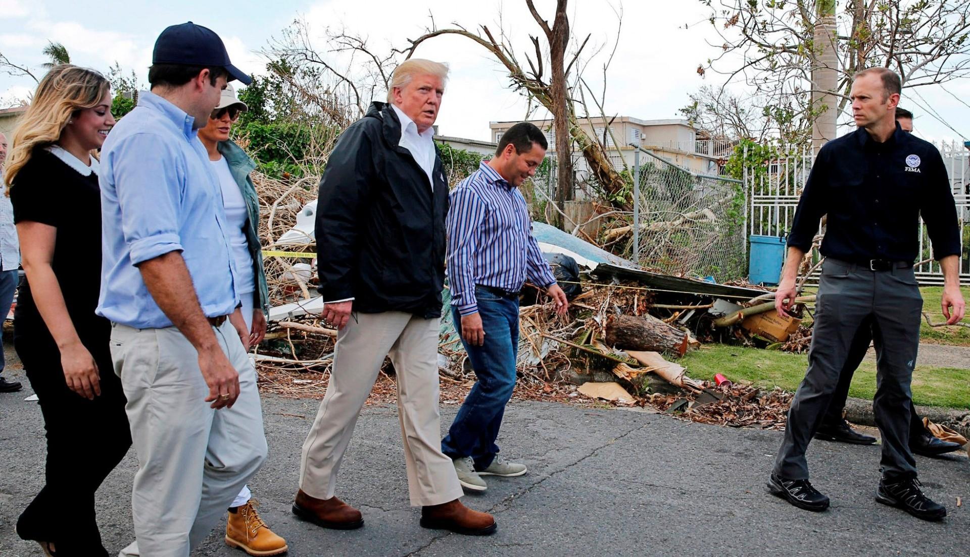 El presidente de los Estados Unidos, Donald Trump, recorre Puerto Rico un mes después del paso del huracán María, acompañado de Rosselló Nevares y el administrador de FEMA, Brock Long