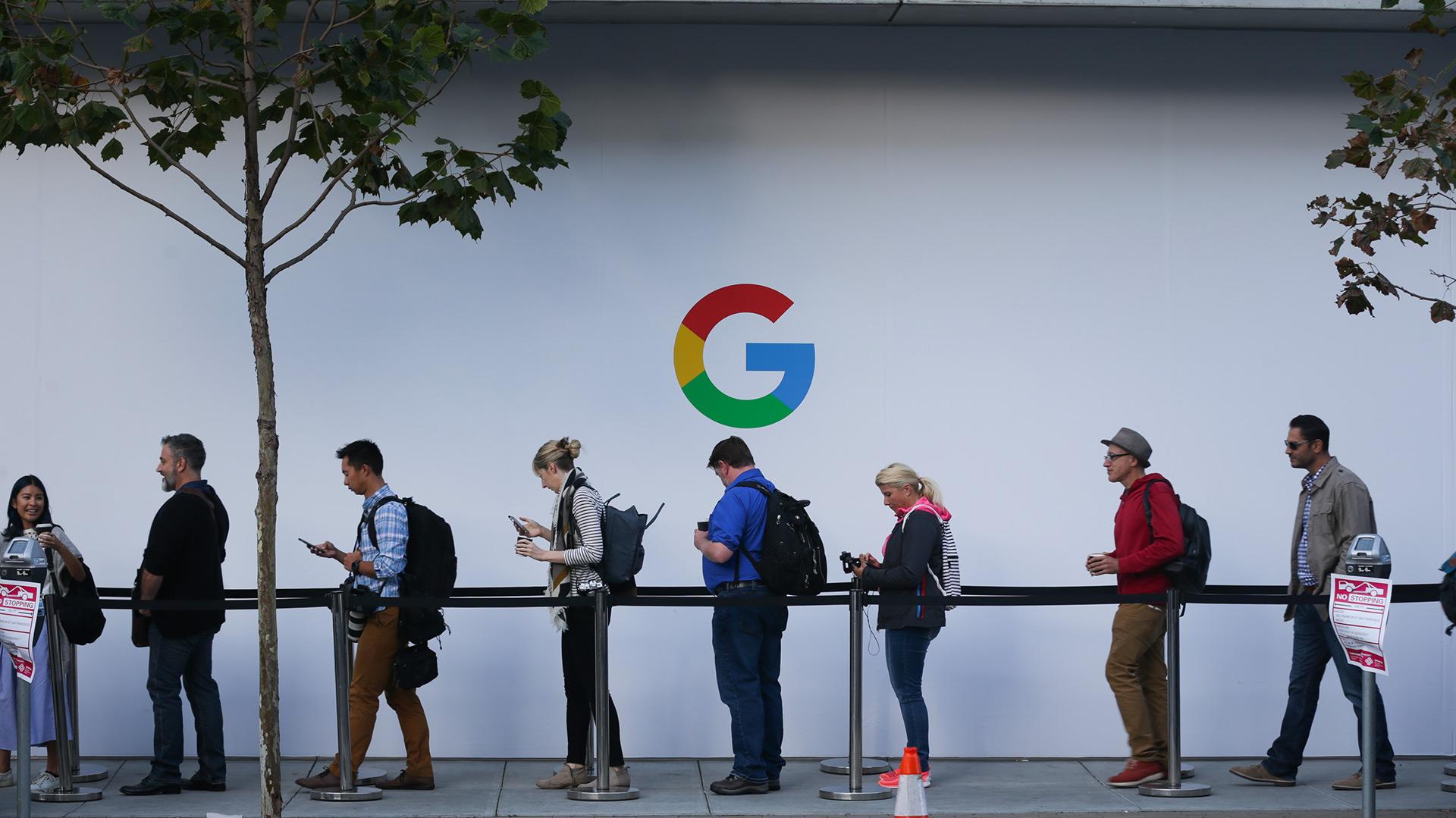 Asistentes esperan en la fila para participar en el lanzamiento de productos de Google el 4 de octubre de 2017, en el SFJAZZ Center de San Francisco, California