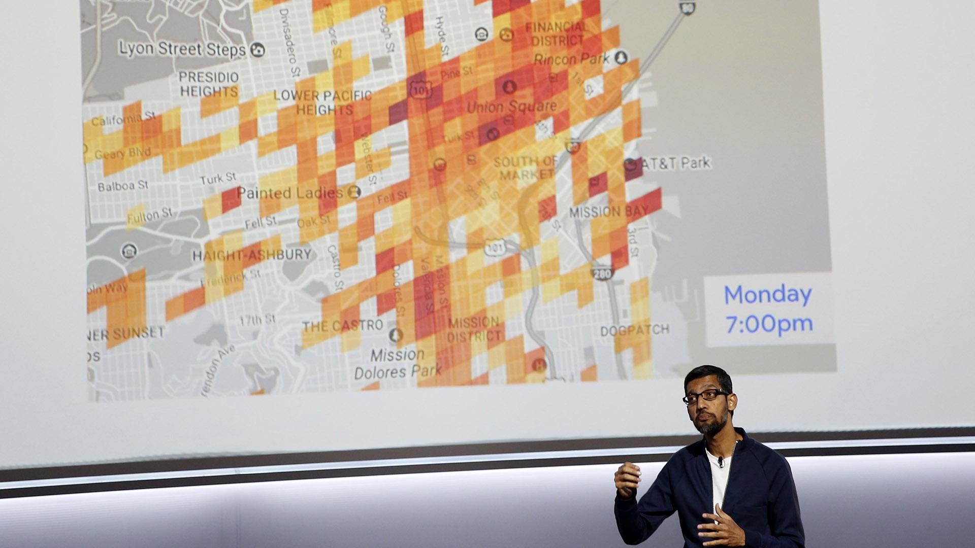 El director ejecutivo de Google Inc, Sundar Pichai, habla sobre la programación predictiva de estacionamientos de la compañía durante una presentación en San Francisco, California, EEUU, el 4 de octubre de 2017