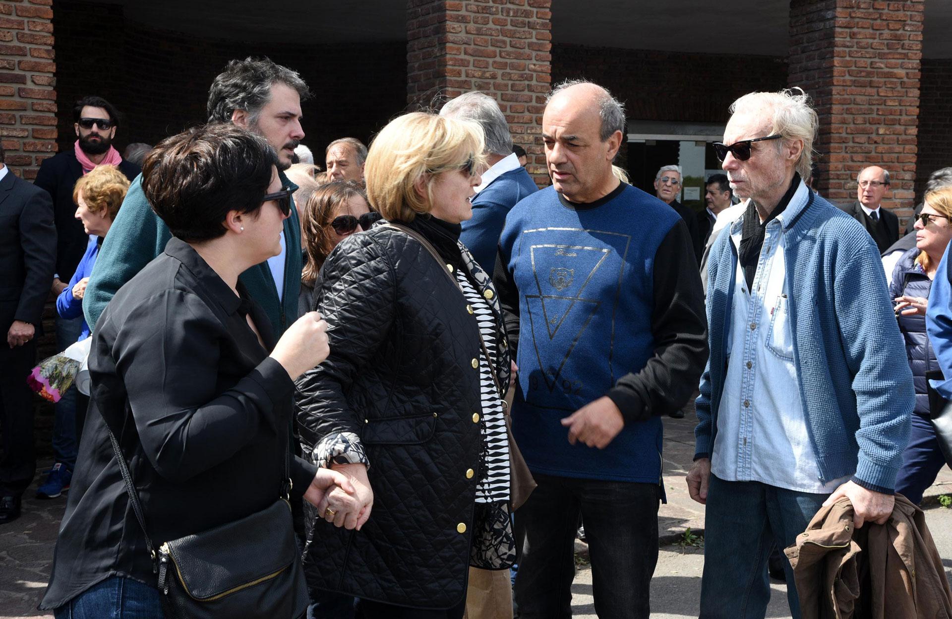 """Guillermo Miguel, dueño de """"El Corralón"""", junto a la familia de Antoñana"""