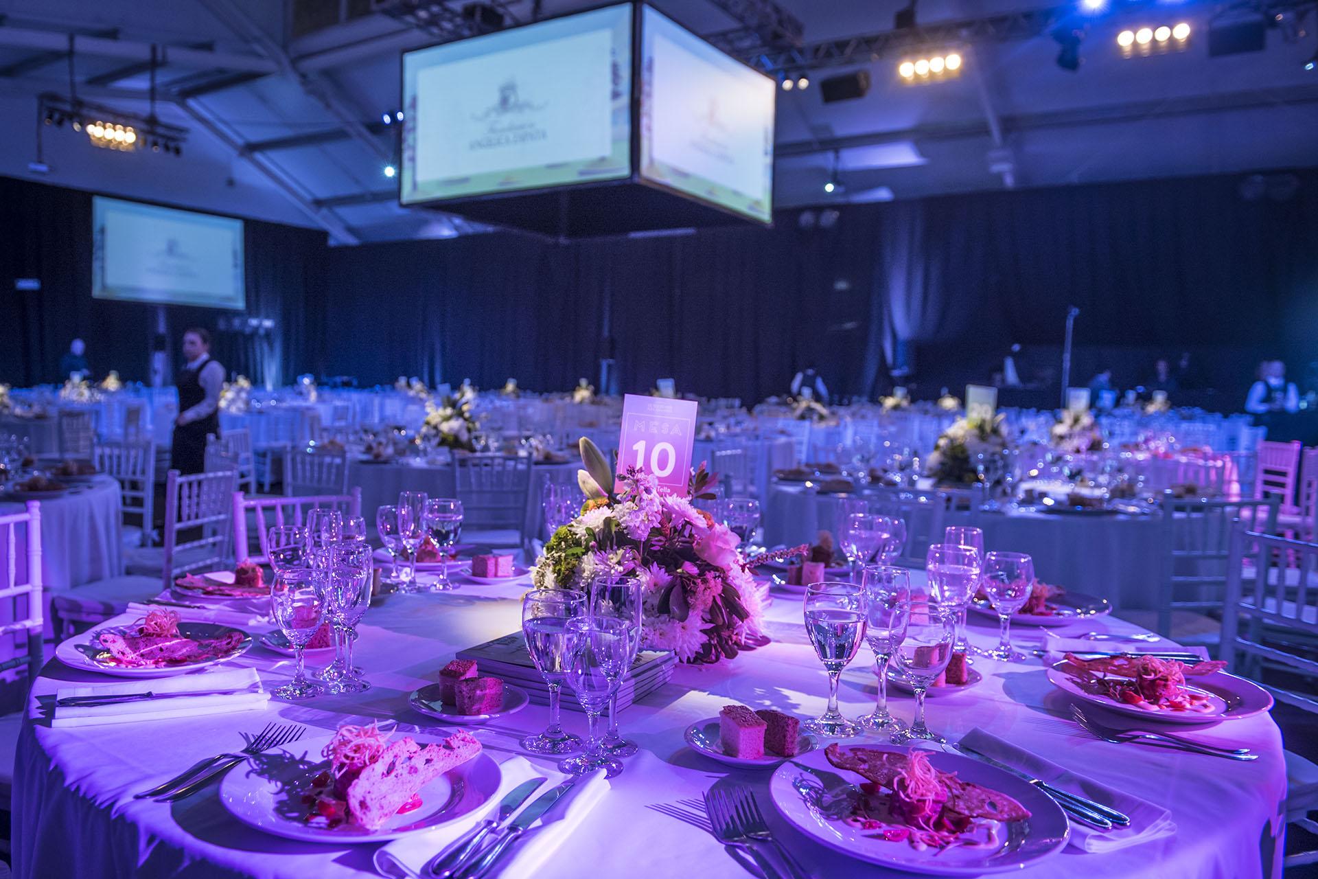 El salón decorado para más de 750 personas. Sillas Tiffany, centros de mesa primaverales, mantelería y vajilla en blanco acompañaron durante toda la cena