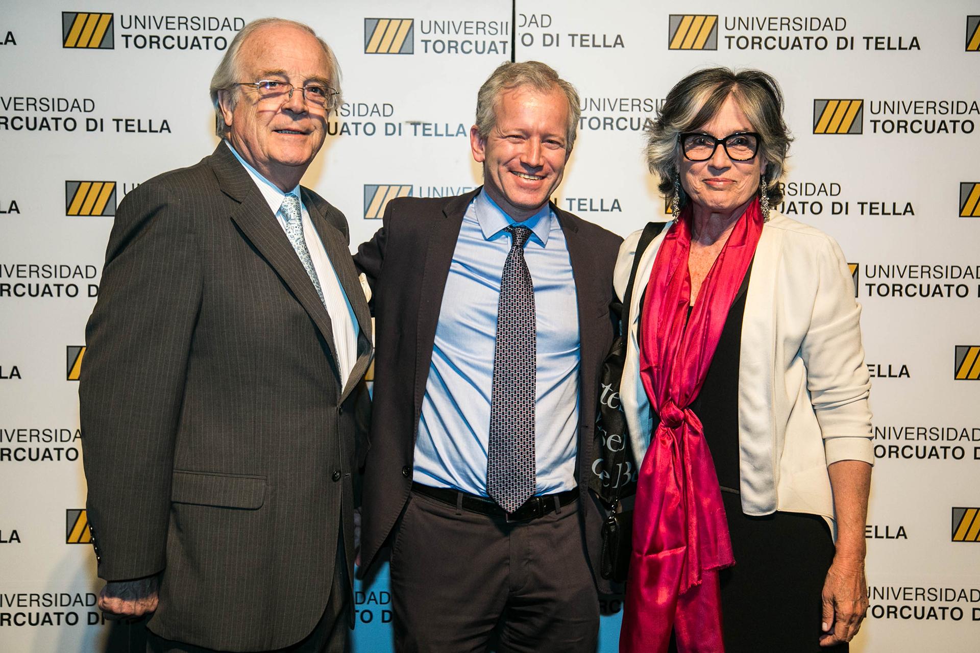 Esteban José Bullrich, y Cristina Miguens miembros del Consejo Económico y Social de la Universidad Tortcuato Di Tella junto al rector Schargrodsky