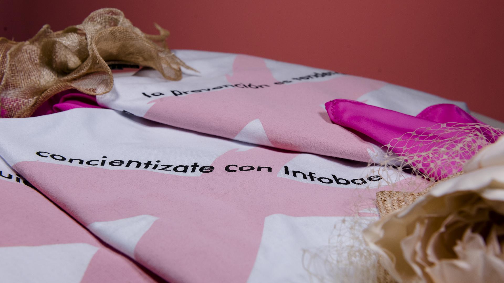 El lazo rosa es uno de los símbolos más representativos en la lucha contra el cáncer de mama, que simboliza a nivel internacional el compromiso y la concientización de esta enfermedad