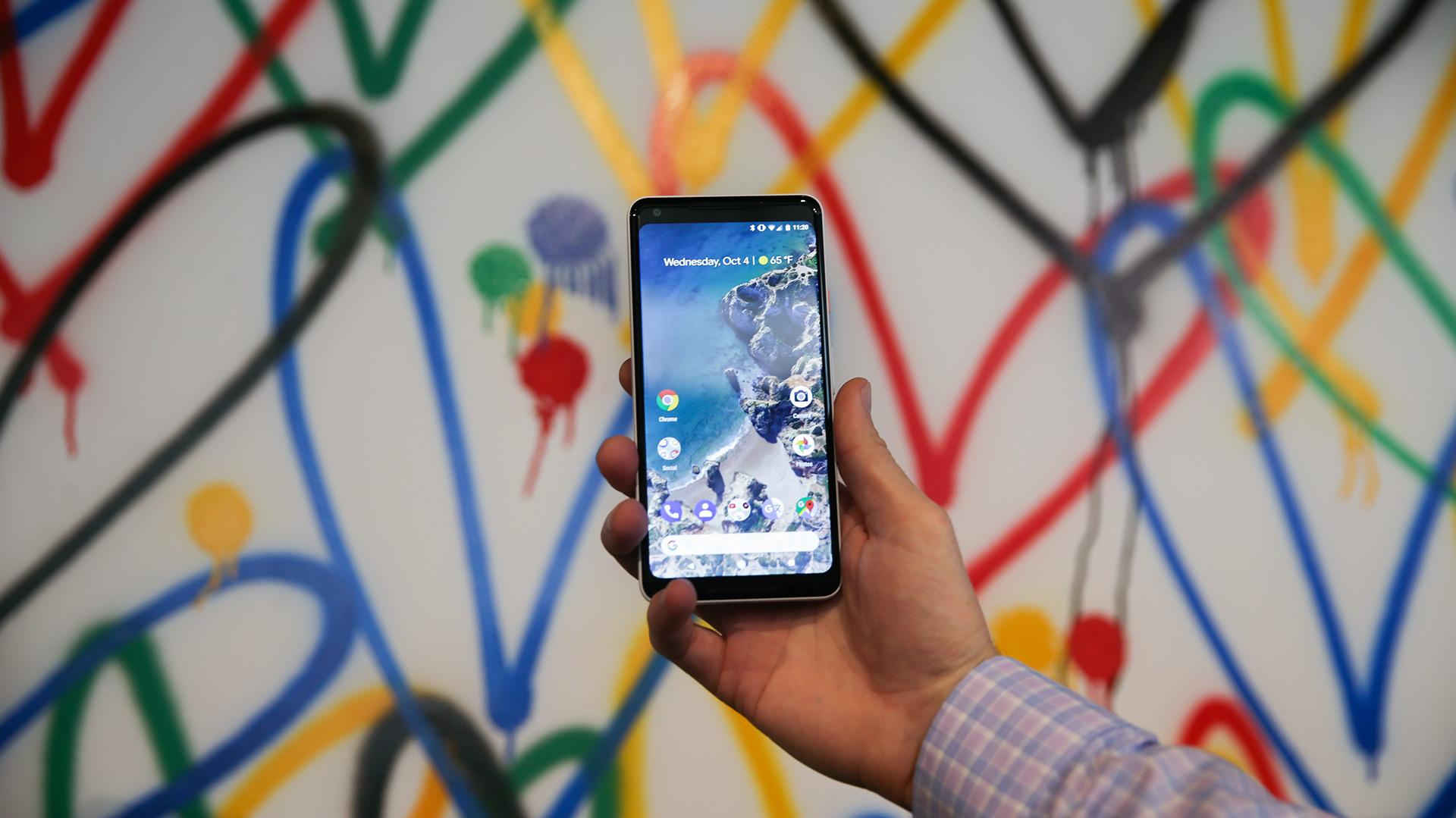 Google presenta su nuevo smarphone Pixel 2 XL en el evento de lanzamiento del producto en San Francisco, California