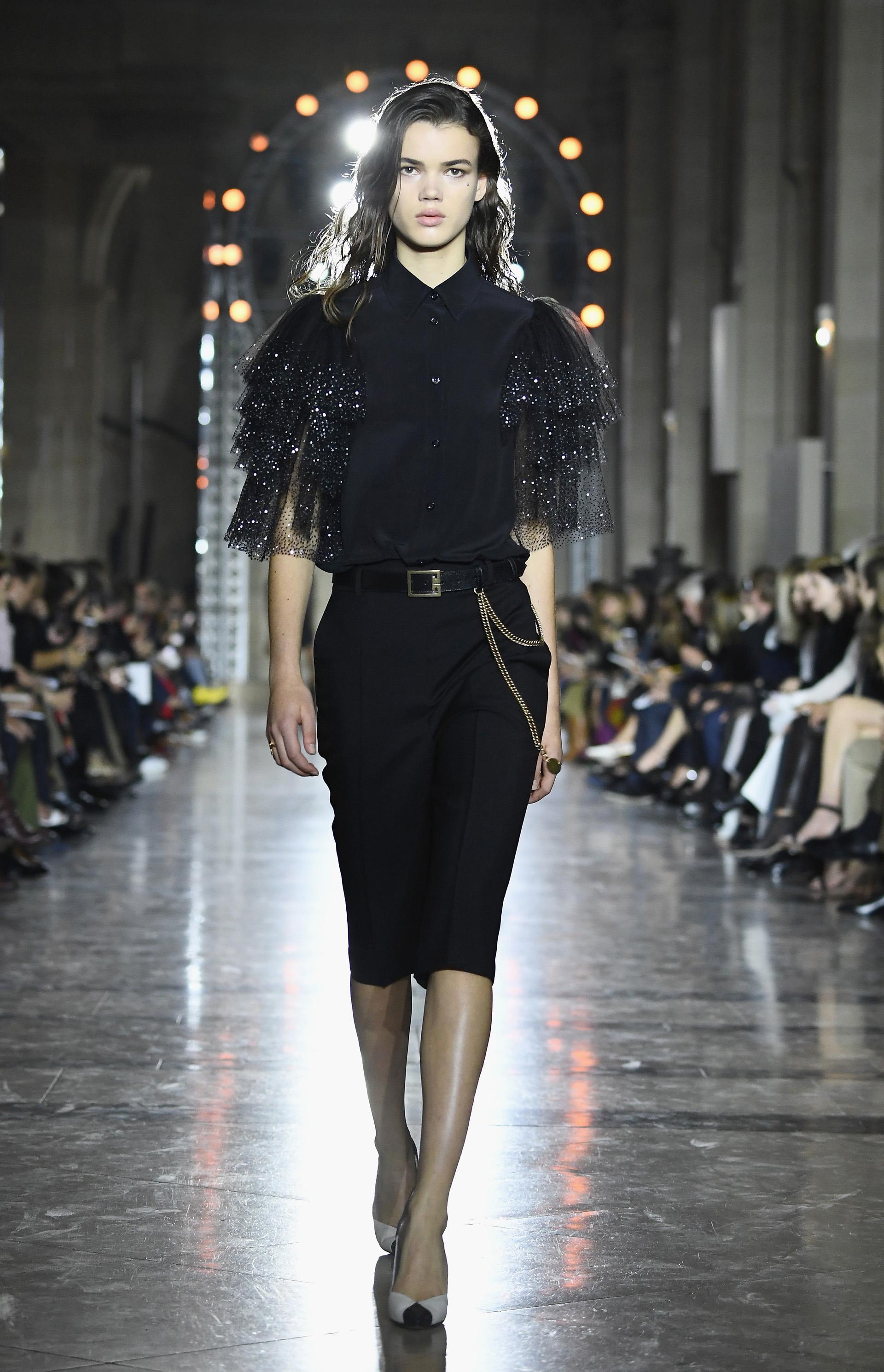 Blusas de seda y gasa predominaron en la pasarela, con mangas de tul y cristales bordados como nueva propuesta de la firma