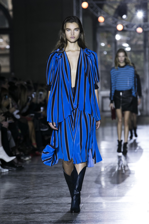 Azul, negro y blanco, la propuesta a rayas del vestido con escote pronunciado de Givenchy