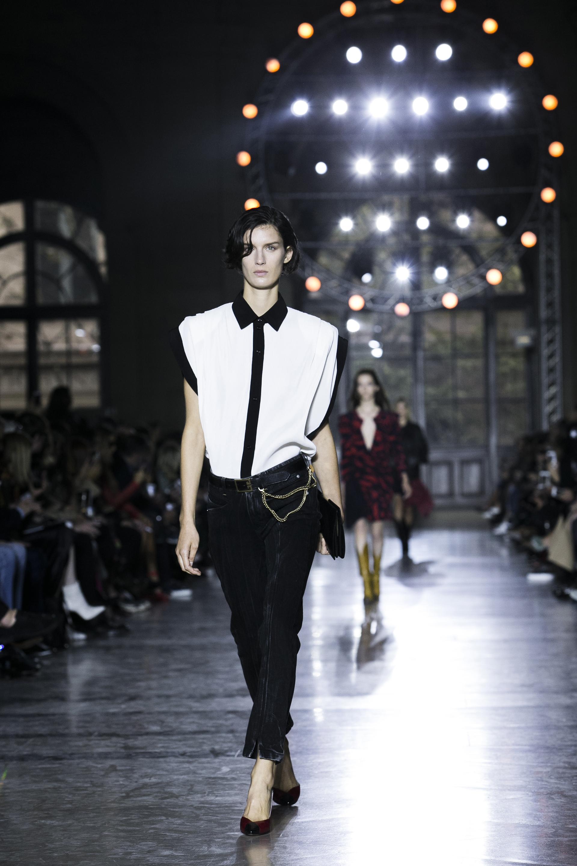Rock y formal, otra tendencia propuesta en la pasarela de la firma. Jeans rectos negros desflecados y camisa blanca y negra