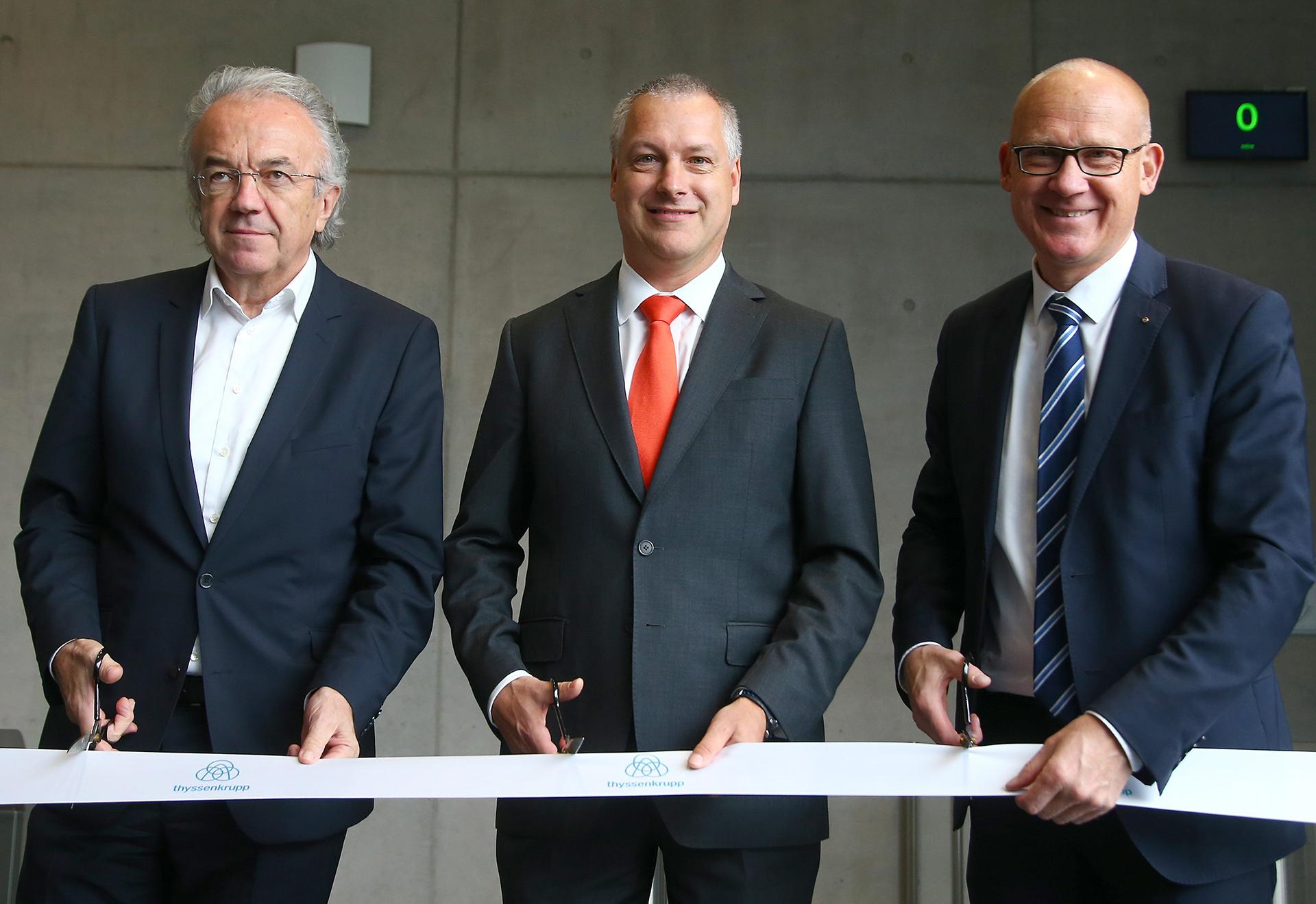 De izquierda a derecha: el arquitecto Werner Sobek, Andreas Schierenbeck y el alcalde de Rottweil, Ralf Bross, posan antes de la inauguración de la torre de pruebas de Thyssenkrupp en Rottweil, Alemania, el 6 de octubre de 2017.