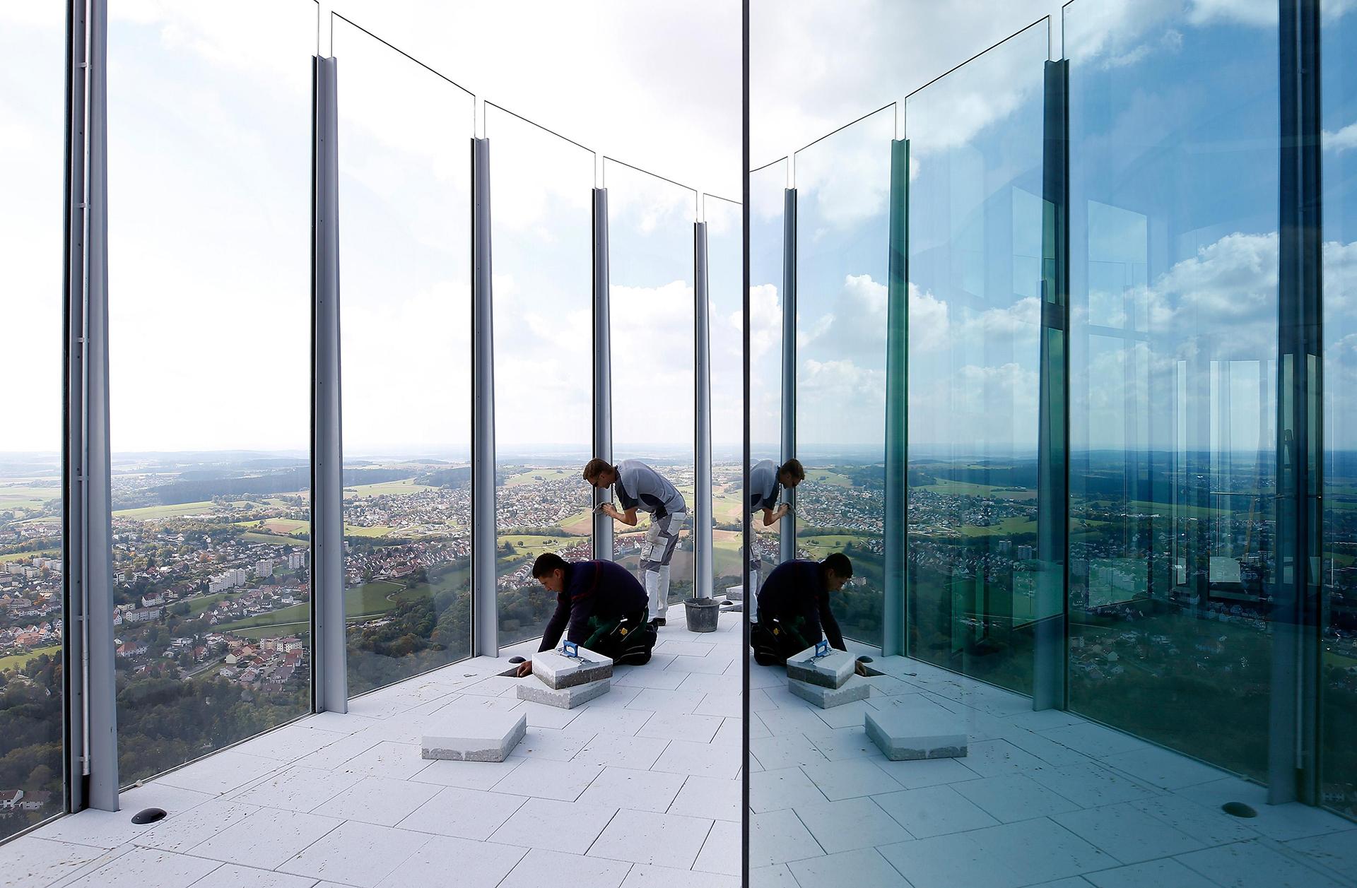 Los trabajadores de la construcción preparan la plataforma de observación.